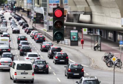 Rote Ampel, Straßenverkehr in Hamburg, Deutschland